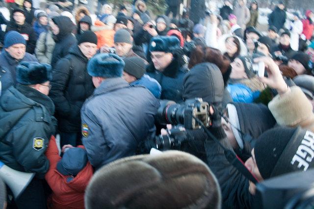 Полиция тащит Чувилина