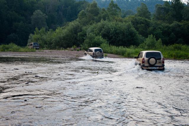 Шеви Нива в реке