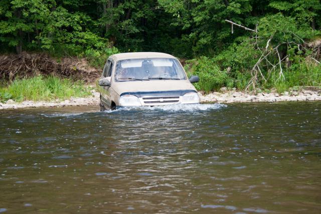 Шеви Нива по реке