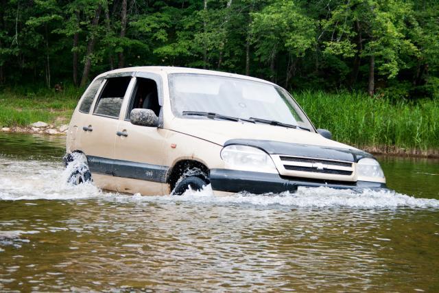 Шевроле Нива в реке