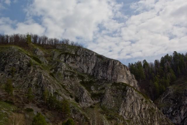Скалы рядом с рекой Белой
