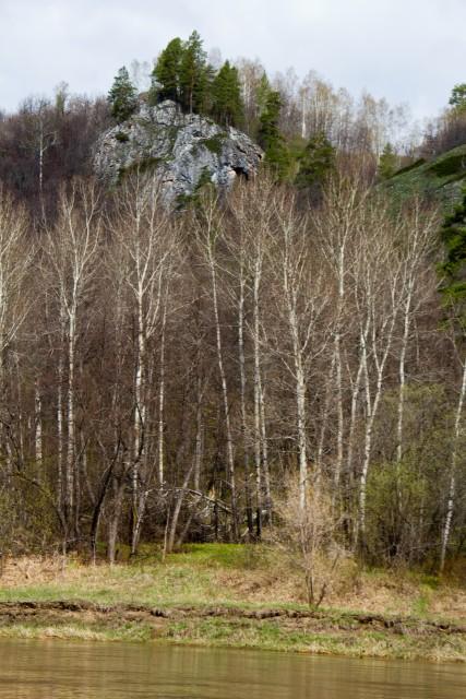 Грот в скале река Белая