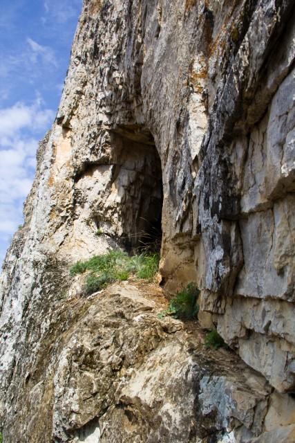 Пещера рядом с рекой Белой