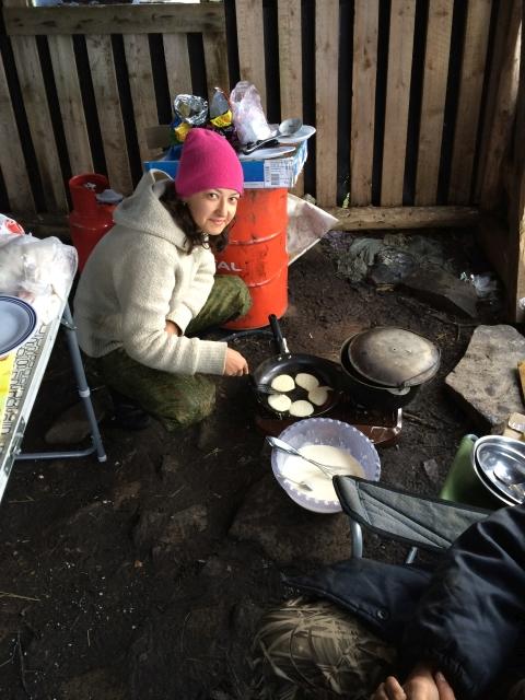 Регина готовит блины