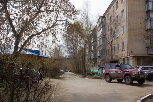 У входа в женский монастырь Троицк