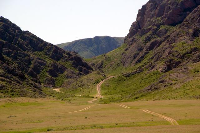 Горы рядом с рекой Или