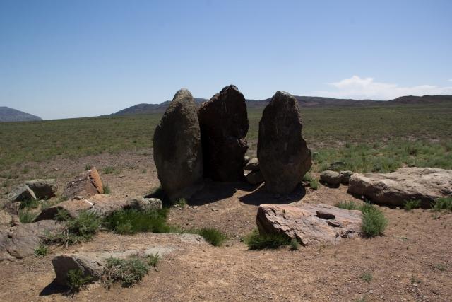 Каменные стелы «Ошактас» в национальном парке Алтын-Эмель