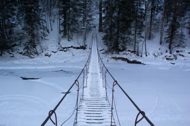 Навесной мост через реку Серга в Оленьих ручьях