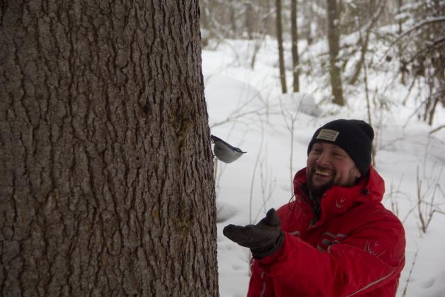 Денис кормит птиц в Оленьих ручьях
